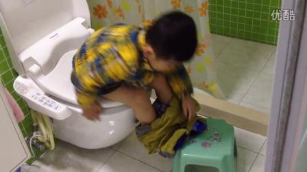 【3岁半】1-21哈哈踩在小椅子上自己拉臭臭,自己提裤子IMG_5241