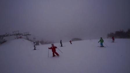 2015年2月16日,妹妹在哥哥带领下,顶着狂风大雪成功挑战万龙滑雪场高级道:大奔头!