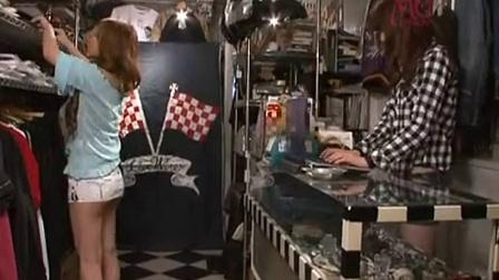 卖衣服的店里的长的绝对漂亮的长腿女老板娘被顾客在