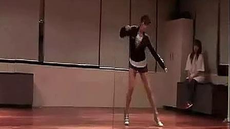 长腿美女的机械性舞蹈秀