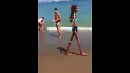 海滩女子把众人吓坏