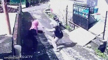 笨贼被反抢摩托车