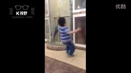 [K分享] 熊孩子被狗狗隔空撞翻