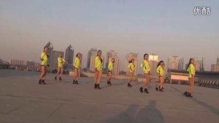 众美女天台穿齐P小短裤跳广场舞《福星高照》