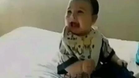 爆笑视频:瘋狂女人摔發--把小孩笑傻了