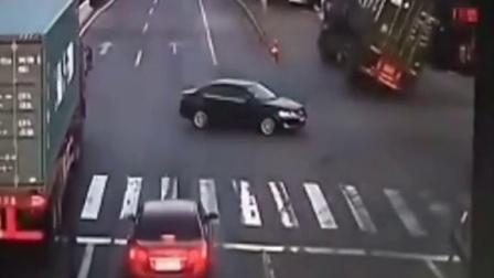 实拍:为了躲避路口闯红灯的小轿车,大卡车失控摇摆侧翻