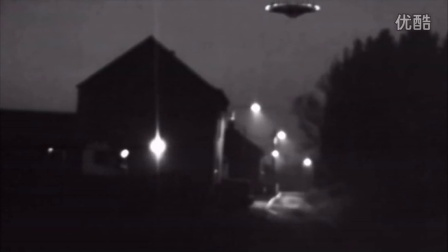 实拍:清晰可见的UFO飞碟午夜飞过私人别墅