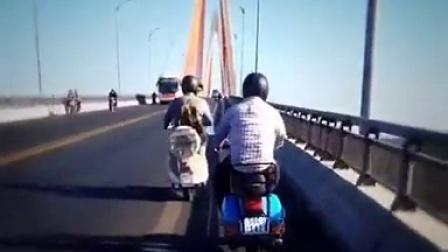 中国游客vespa骑行穿越最高湄公河大桥