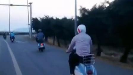 vespa骑行到达越南海滨城市