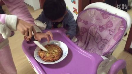 吃妈妈做的苹果披萨