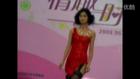 【拍客】美女情趣内衣走秀 观众人山人海