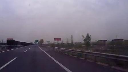 驾驶吉利GX7行驶在高速公路上