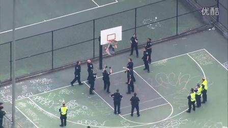实拍街头篮球场被挂在篮框上的二B