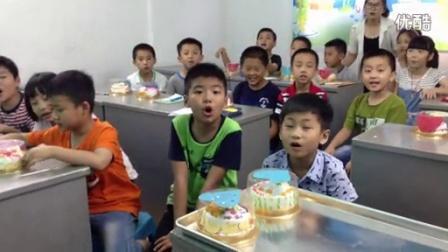 孩子们在母亲节的日子里,为妈妈做蛋糕!真有爱!