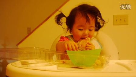 20150513小馒头1岁33天—开始自己喂饭吃,第一次吃的是面包,那样子和小松鼠吃东西差