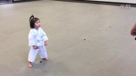 三岁小女孩学习跆拳道萌翻全场