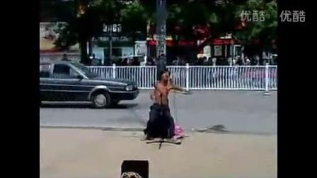 钟明秋的唱片是在录音室录制没有回音,而残疾人唱腔有(回气音)不能证明广州残疾歌手是假唱