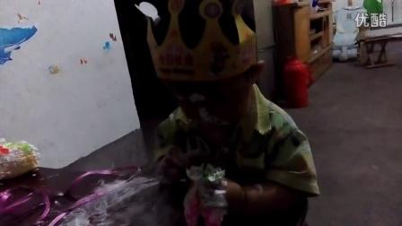 宝宝一周岁生日,玩蛋糕