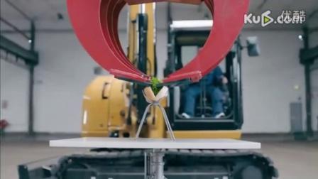 挪威司机用挖掘机做热狗 精湛技艺不输蓝翔学员