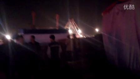 实拍夜晚农村庙会歌舞马戏各大团体竞争表演拉观众场景