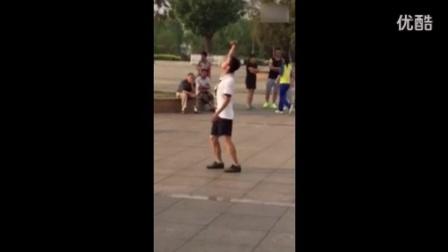 这一次广场舞大妈们终于输了!已经被这魔性的舞步征服