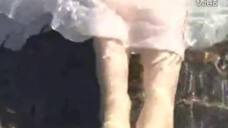 美女下水把裙子都弄湿了