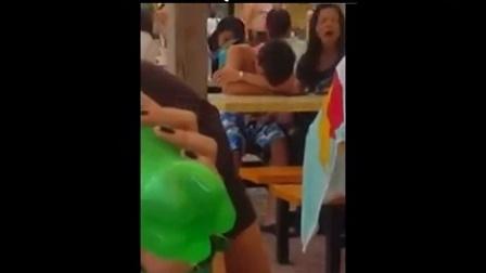 情侣沙滩小息,女子桌下不雅。。