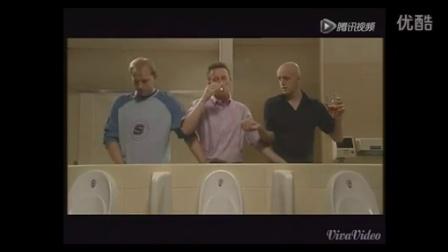 三个男人小便还一边抽烟一边喝酒,爆笑!