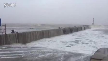 """上午11点,台风""""莲花""""迫近,汕头莱芜码头风急浪高"""