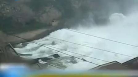 三门峡:三门峡大坝调水调沙 民众抢捞黄河流鱼