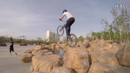 内蒙古小伙用极限运动来追逐梦想。跑酷pk单车