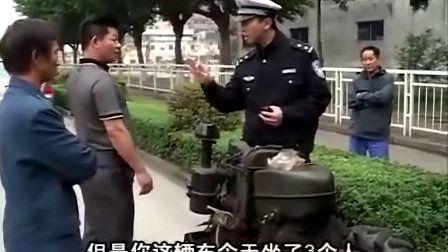 交警说法:拖拉机违法上路 熊警官依法暂扣
