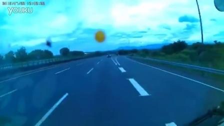 实拍台湾小车高速公路倒车害二死惨烈现场
