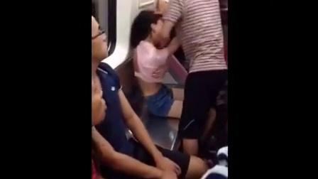 实拍武汉两女子地铁抢座 一女险遭扒衣