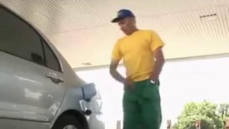 搞笑恶搞加油站恶搞美女裤裆里掏油枪
