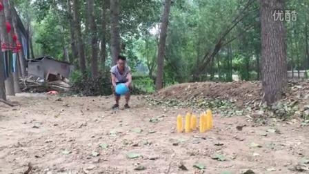 农村小伙儿真会玩儿, 拿着玉米当保龄球玩, 脑洞真是大!