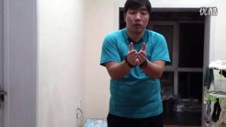 蛙泳的夹肘动作陆地演示(穿蓝色T恤衫的男教练)