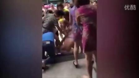 实拍疑似小三女子被众女当街扒衣围殴