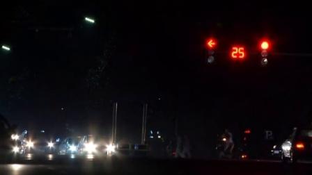 【为民播报】摩托车闯红灯