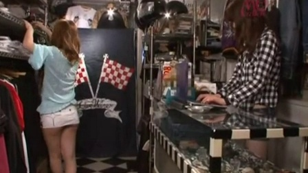 卖衣服的店里的长的绝对漂亮的长腿女老板娘被顾客在...-2