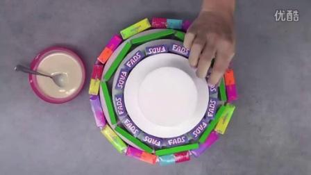 如何制作简单的4层无烘焙糖果生日蛋糕