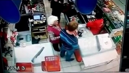男子突然将后面老太太击倒