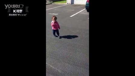 [K分享] 好萌!小女孩被自己的影子吓呆了!