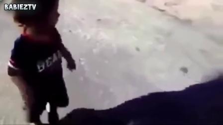 【发现最热视频】麻麻救命啊!熊孩子被影子吓到合辑