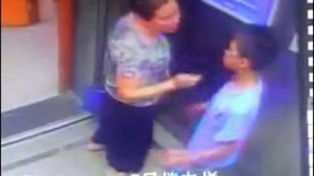 男孩被女子电梯内强吻侵犯