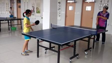 一老一小在打乒乓球比赛,最后不知道谁赢谁输