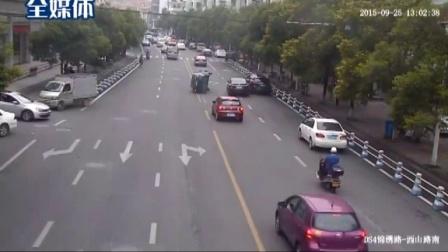 温州:广本轿车变道起步撞翻飞度