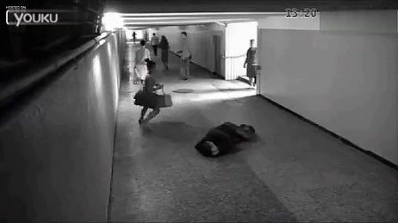 实拍俄罗斯街头壮汉抢手机被美女打得屁股尿流!!先踢裆使其跪倒