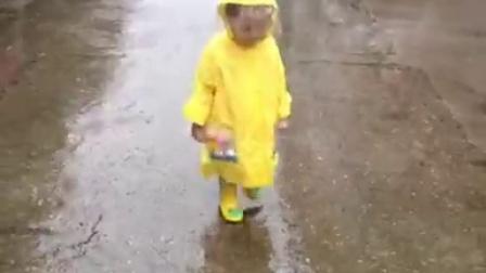 20150930:妹妹。下雨天。雨衣。走路