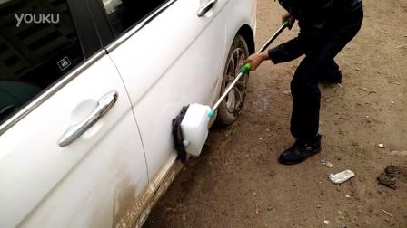 使用洁升容料刷清刷汽车时的情景